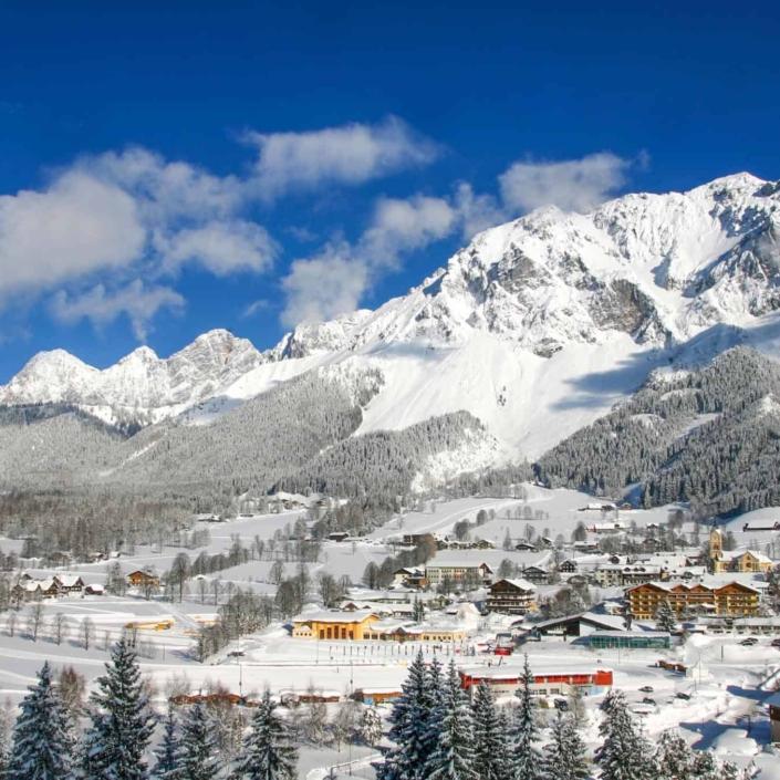 Inmitten der traumhaften Winterlandschaft liegt das Hotel Matschner